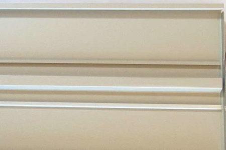 スチール書架の棚板の裏側
